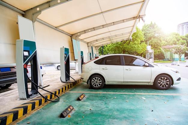 Ładowanie pojazdu elektrycznego na stacji ładowania
