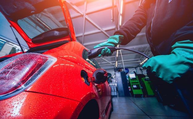Ładowanie pojazdu elektrycznego w serwisie samochodowym. przyszłość samochodu