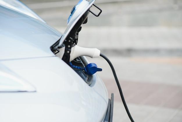 Ładowanie samochodu elektrycznego przy podłączonym kablu zasilającym.