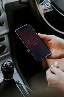 Ładowanie smartfona przez kabel w samochodzie