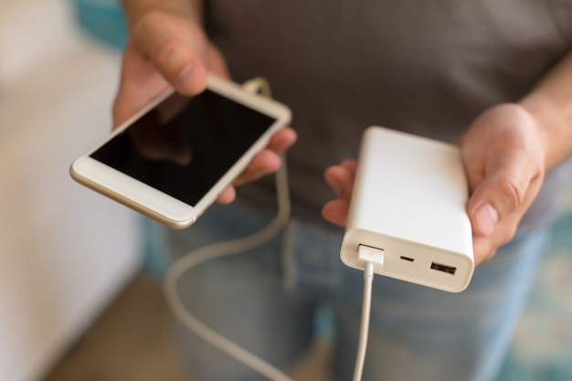 Ładowanie smartfona z banku mocy