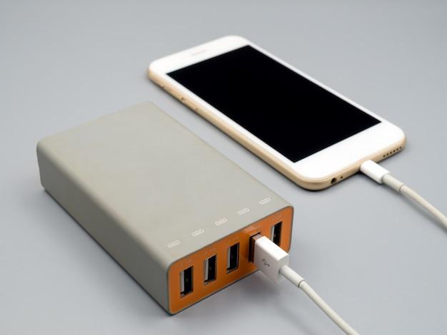 Ładowanie smartfona za pomocą wieloportowego zasilacza usb