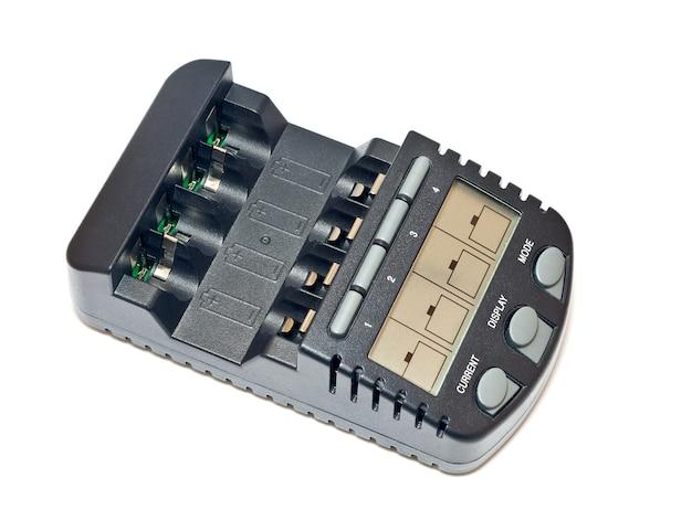 Ładowarka akumulatora na białym tle z bliska