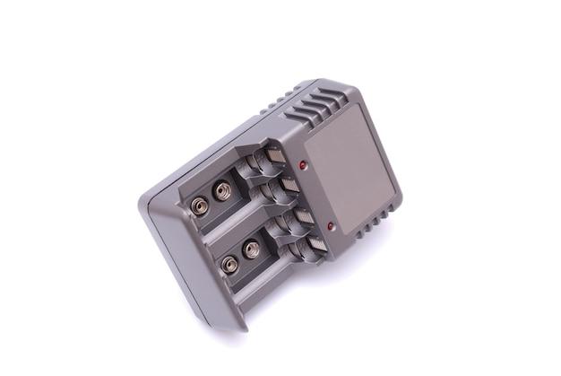 Ładowarka akumulatorów na białym tle