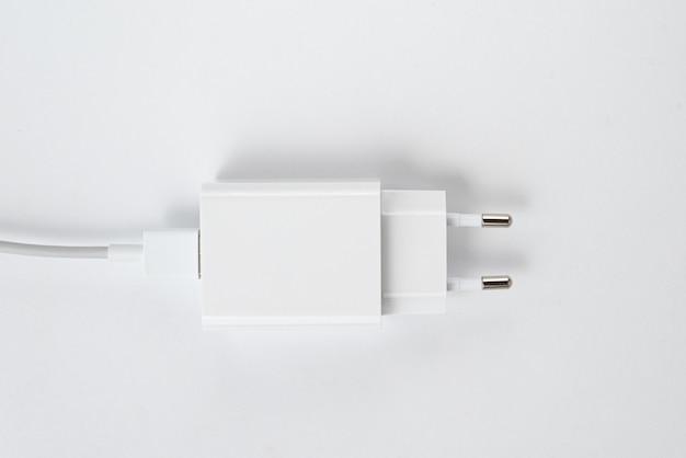 Ładowarka do telefonu komórkowego biała na białym tle na białym tle - z kablem usb