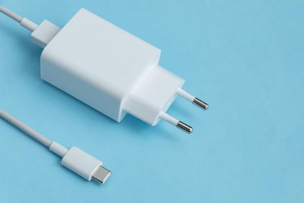 Ładowarka i kabel usb typu c na niebieskim tle