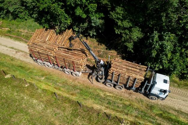 Ładowarka ładuje logi do widoku z góry ciężarówki.