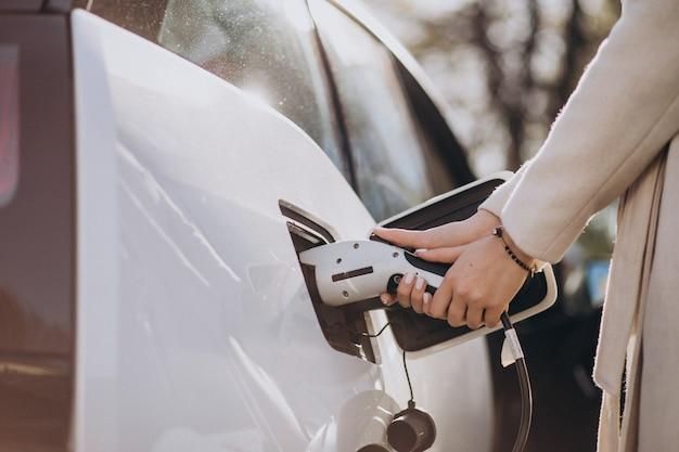 Ładowarka ładuje samochodu elektrycznego zakończenie up