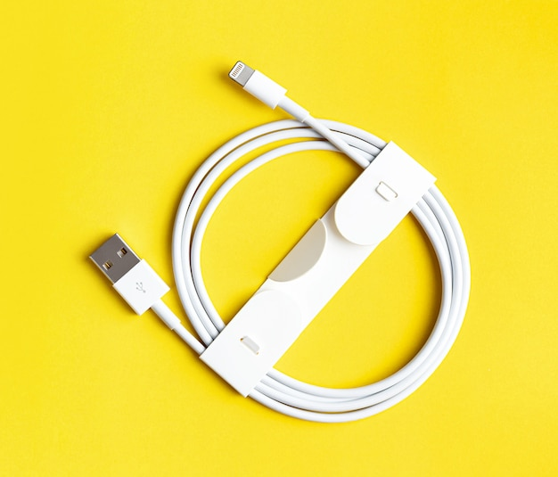 Ładowarka usb do smartfona lub tabletu na żółtej ścianie