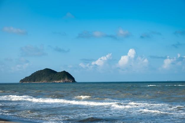 Ładunek statek lub łódź rybacka dokował przy jetty w songkhla.