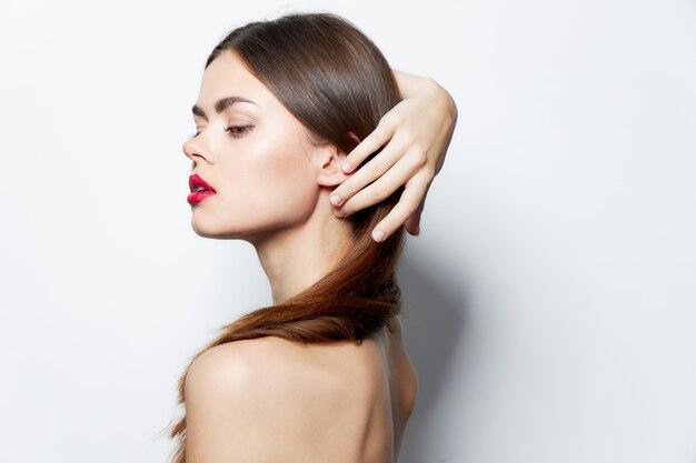 Lady bare ramiona czerwone usta prostują włosy, czystą skórę