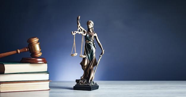 Lady sprawiedliwości młotkiem na książki