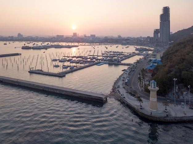 Laem bali hai marina klubu pattaya plaża tajlandia przy wschodem słońca