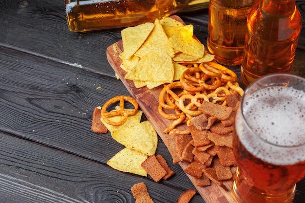 Lager piwo i przekąski na drewnianym stole