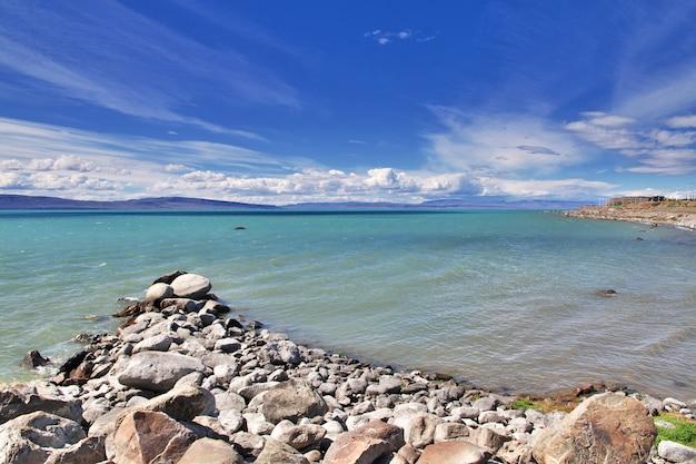 Lago argentino jezioro w laguna nimez reserva, el calafate, patagonia, argentyna