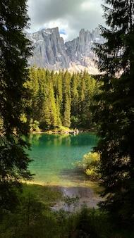 Lago di carezza (karersee), piękne jezioro w dolomitach, trentino alto adige, włochy