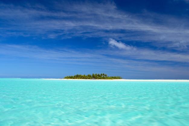 Laguna aitutaki i rarotonga, odległe atole ocean spokojny, wyspy cooka