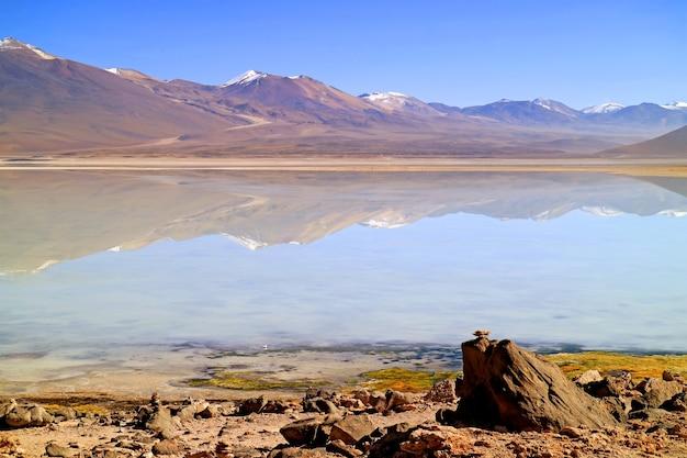 Laguna blanca lub jezioro białe w eduardo avaroa rezerwat narodowy fauny andyjskiej potosi boliwia