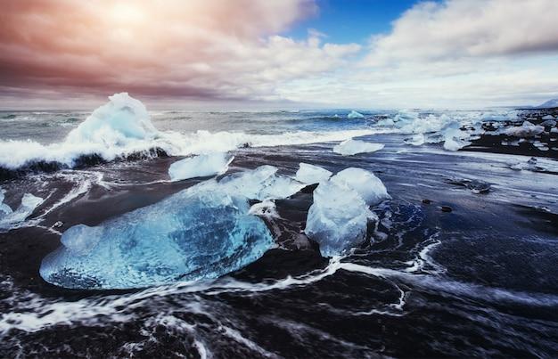 Laguna lodowiec jokulsarlon fantastyczny zachód słońca na czarnej plaży,