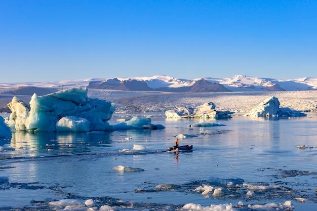 Laguna lodowiec jokulsarlon na islandii. błękitne góry lodowa i wycieczka łodzią po wodzie jeziora. krajobraz północnej przyrody w parku narodowym vatnajokull