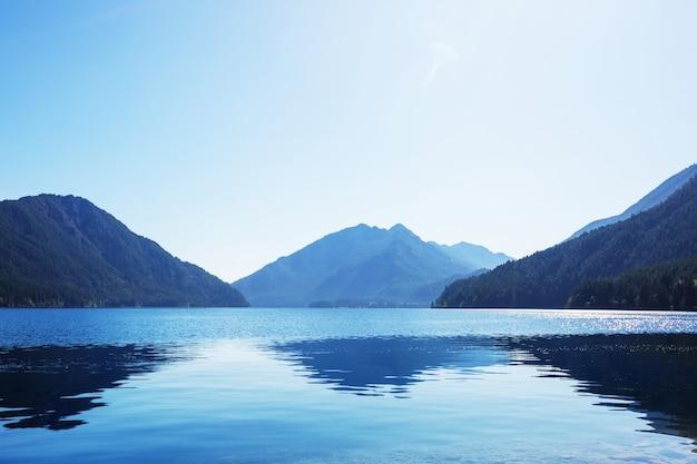 Lake crescent w olimpijskim parku narodowym, waszyngton, usa