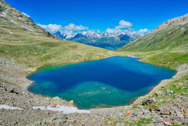 Lake languard małe alpejskie jezioro w alpach retyckich w dolinie engadyny