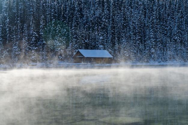 Lake louise boathouse wczesną zimą słoneczny dzień rano