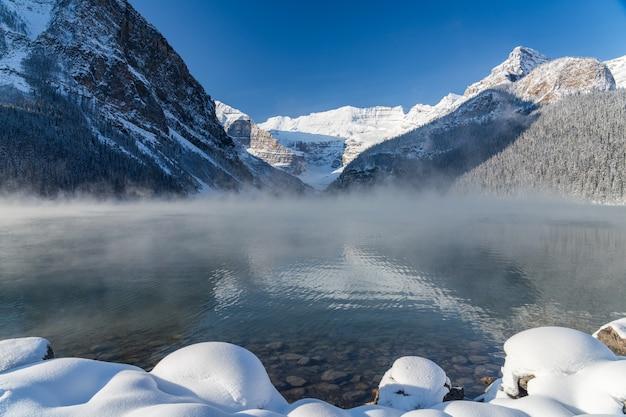 Lake louise wczesną zimą poranek słoneczny dzień