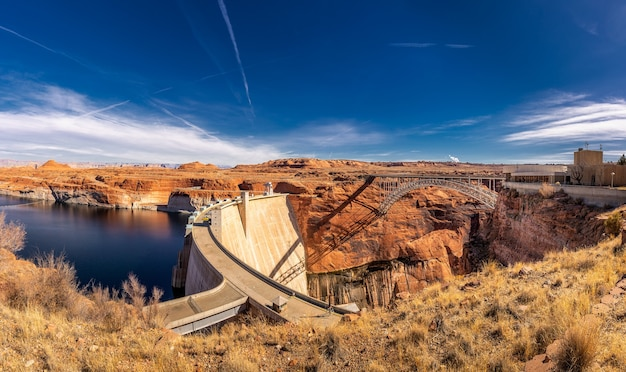 Lake powell i glen canyon dam na pustyni w arizonie, stany zjednoczone