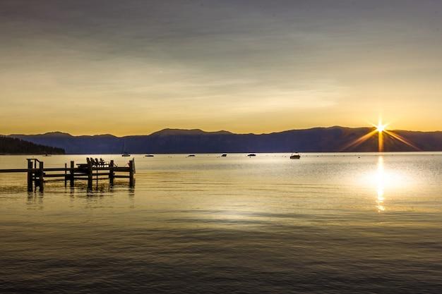 Lake tahoe o wschodzie słońca w kalifornii