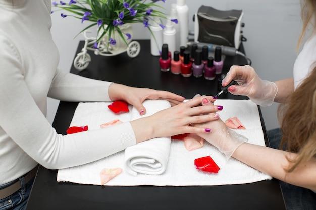 Lakier do paznokci w kolorze różowym