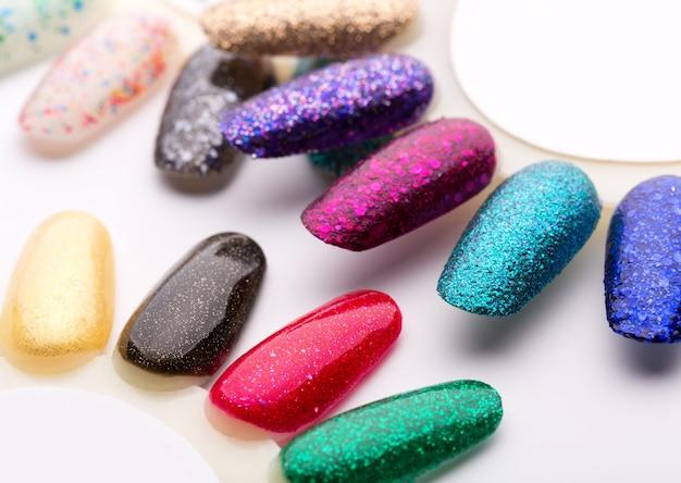 Lakier do paznokci w różnych modnych kolorach