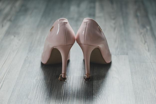 Lakierowane buty na obcasie w kolorze zgaszonego różu.