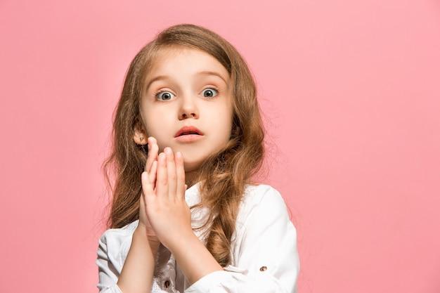 Łał. piękny portret kobiety z przodu na białym tle na różowej ścianie. młoda emocjonalna zaskoczona dziewczyna. ludzkie emocje, koncepcja wyrazu twarzy.