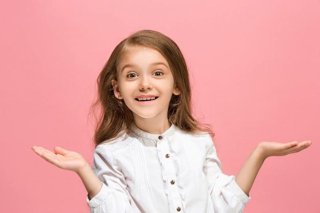 Łał. piękny portret kobiety z przodu na białym tle na różowym tle studio. młoda emocjonalna zaskoczona dziewczyna nastolatka stojąca z otwartymi ustami.
