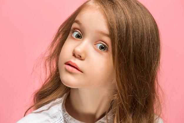 Łał. piękny portret kobiety z przodu na różowym tle. młoda emocjonalna zaskoczona dziewczyna