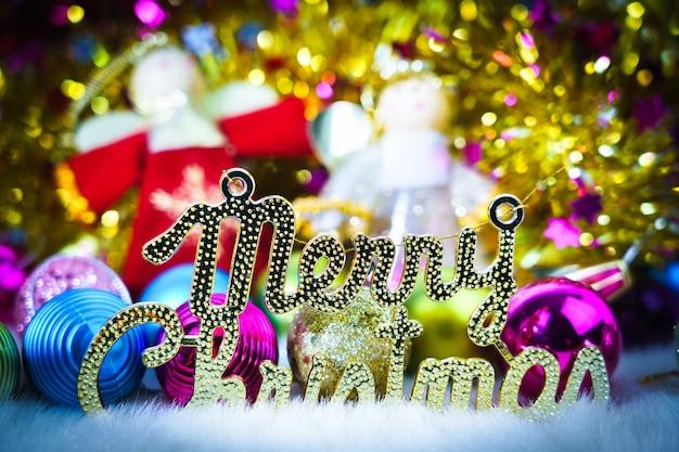 Lalka bożonarodzeniowa ze świątecznymi ozdobami i dekoracjami