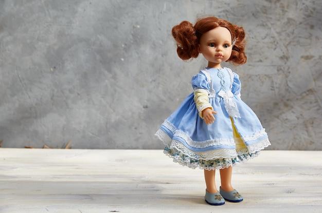Lalka w żółto-niebieskiej sukience,