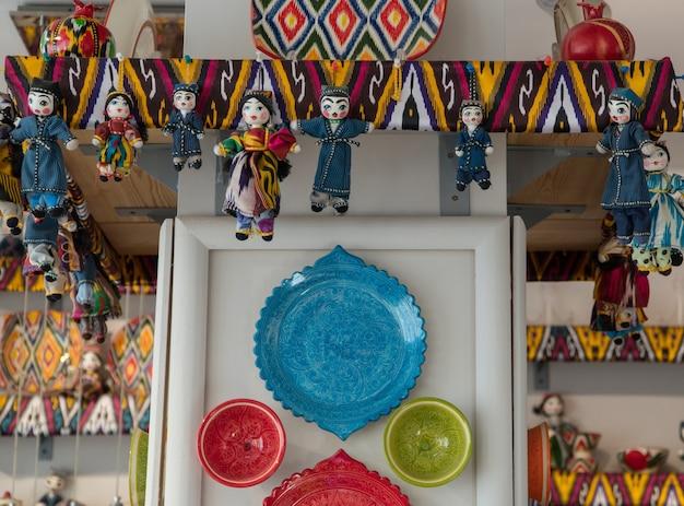 Lalki i naczynia w tradycyjnych orientalnych zdobieniach. pamiątki narodowe uzbeckie