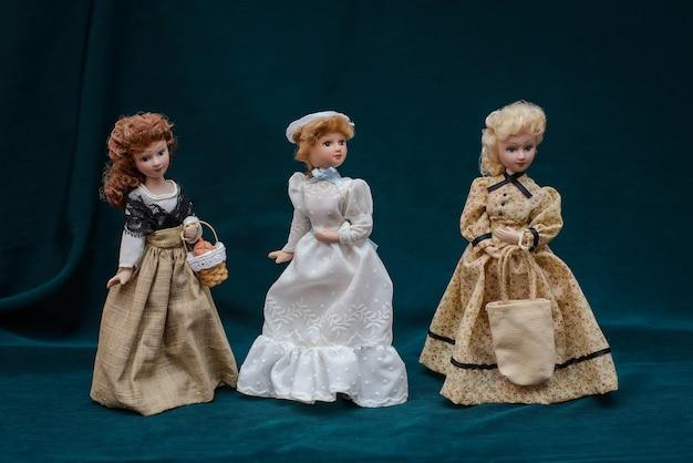 Lalki porcelanowe w klasycznych sukienkach vintage