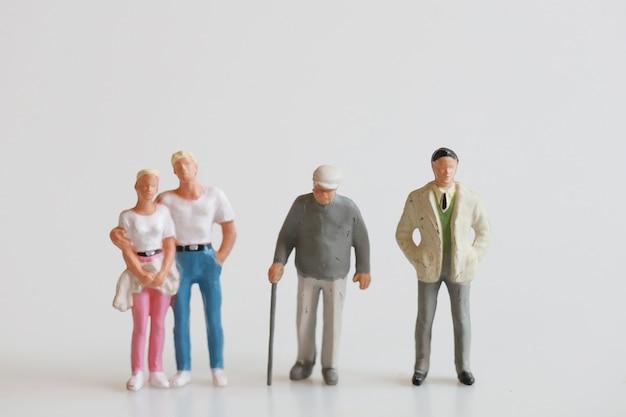 Lalki rodzinne zabawki na biały, mężczyzna i kobieta, starzec i biznesmen.