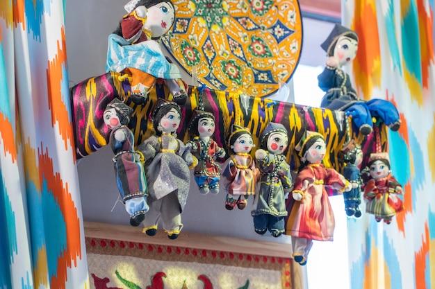 Lalki w tradycyjnych orientalnych strojach. pamiątki narodowe uzbeckie