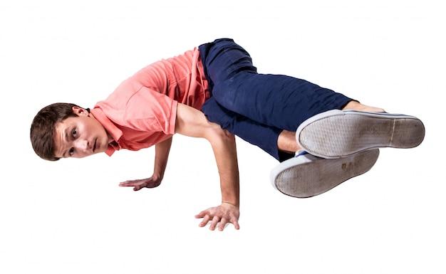 Łama tancerza robi handstand przeciw białemu tłu