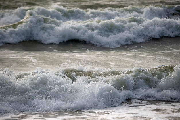 Łamanie fal na morzu.