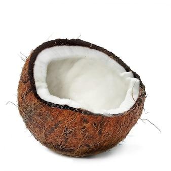 Łamany kokos z miąższem na białej powierzchni