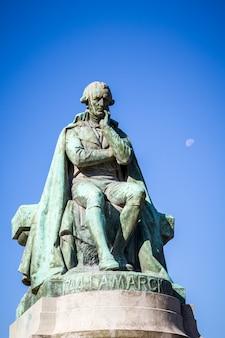 Lamarck statua w jardin des plantes parku, paryż, francja