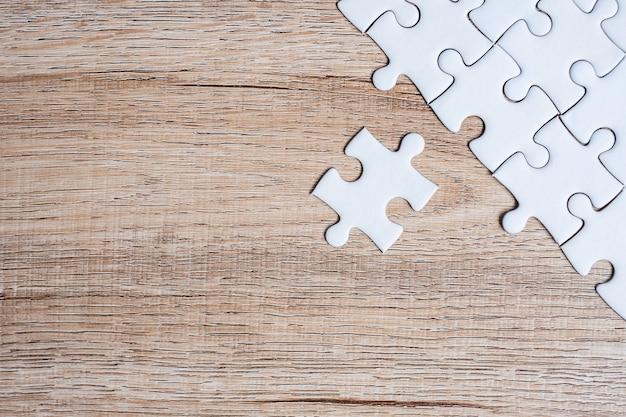 Łamigłówka kawałki na drewno stołu tle