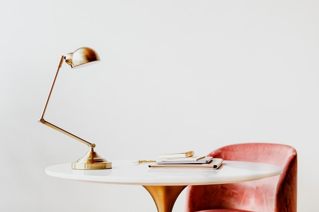 Lampa biurkowa przy marmurowym stole