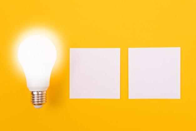 Lampa energooszczędna z białym papierem firmowym