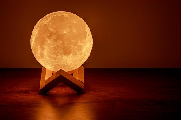 Lampa księżycowa na stole
